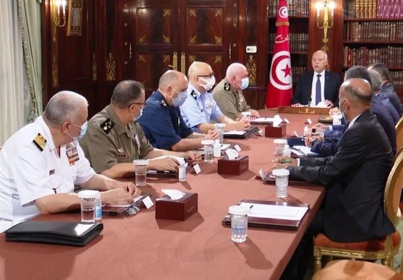 بحران سیاسی در تونس/ دستور رئیس جمهور در تعلیق فعالیت پارلمان و برکناری نخستوزیر