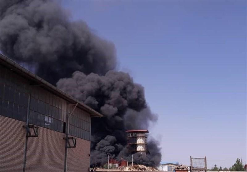 حریق گسترده در انبار ضایعات شهرکرد / 2 آتشنشان و 2 نفر دیگر مصدوم شدند