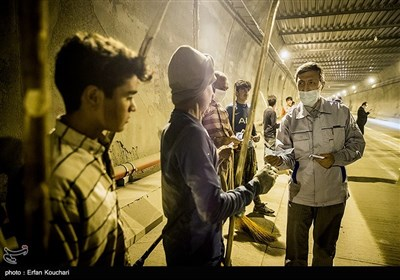سید پرویز فتاح به مناسبت عید غدیر به کارگران مشغول در پروژه تونل البرز عیدی میدهد.
