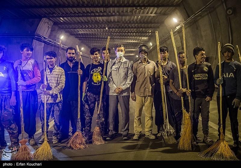 عکس یادگاری پرویز فتاح رئیس بنیاد مستضعفان با کارگران مشغول در پروژه تونل البرز
