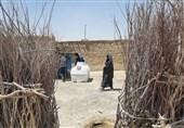 با مشارکت کارکنان افق کوروش انجام شد: توزیع مخازن هزار لیتری آب در روستای کندوکه بخش هیرمند سیستان و بلوچستان