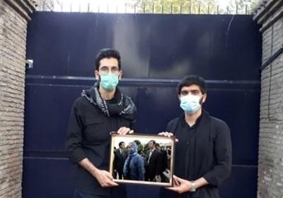 اهدای تابلوی ملوانان دستگیرشده انگلیسی به سفارت بریتانیا از سوی دانشجویان