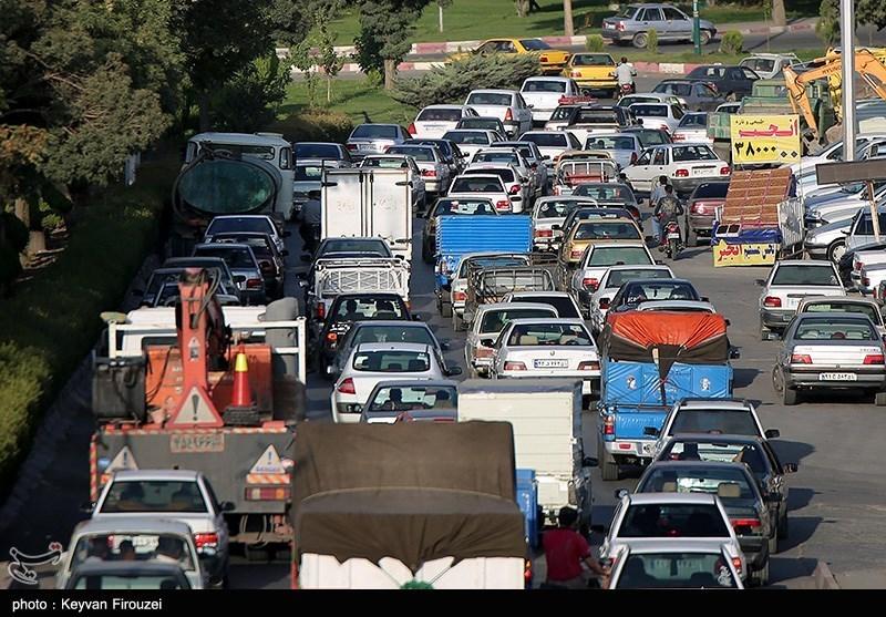 ترافیک سرسام آور در شهرک آیتالله مدنی(ره) همدان / تردد خودروهای سنگین داد مردم را درآورد + فیلم