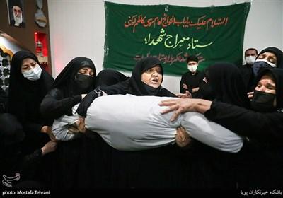 مادر شهید در مراسم وداع با پیکر شهید مدافع حرم مرتضی کریمی
