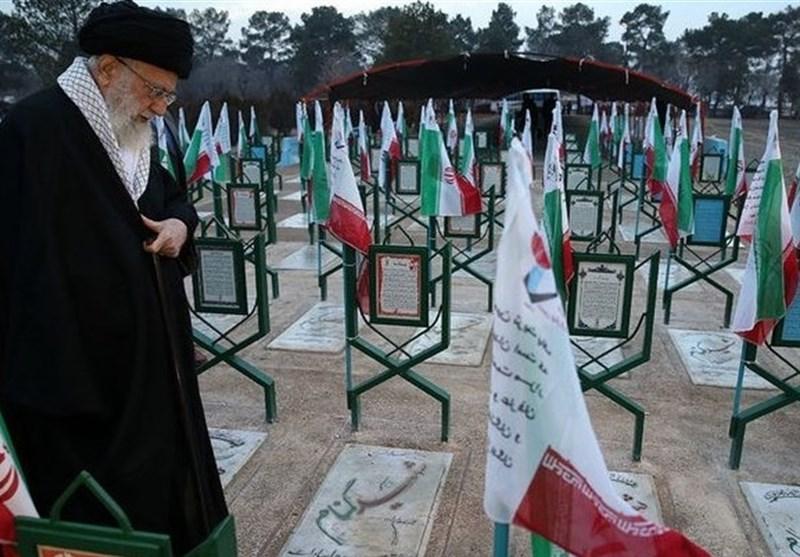 قائد الثورة : دماء الشهداء الطاهرة سجلت أحقیة الجمهوریة الإسلامیة على جبین التاریخ
