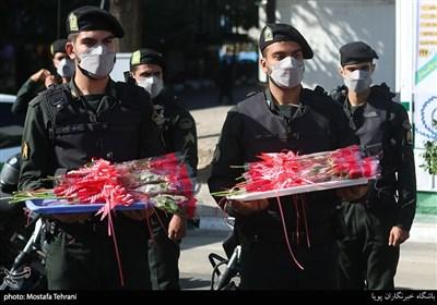 اهدای گل به مردم توسط فرماندهی پلیس پیشگیری و کادر نیروی انتظامی در میدان ولیعصر(عج)