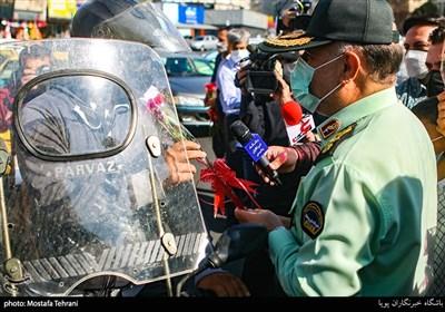 اهدای گل به مردم توسط فرماندهی پلیس و کادر نیروی انتظامی در میدان ولیعصر(عج)