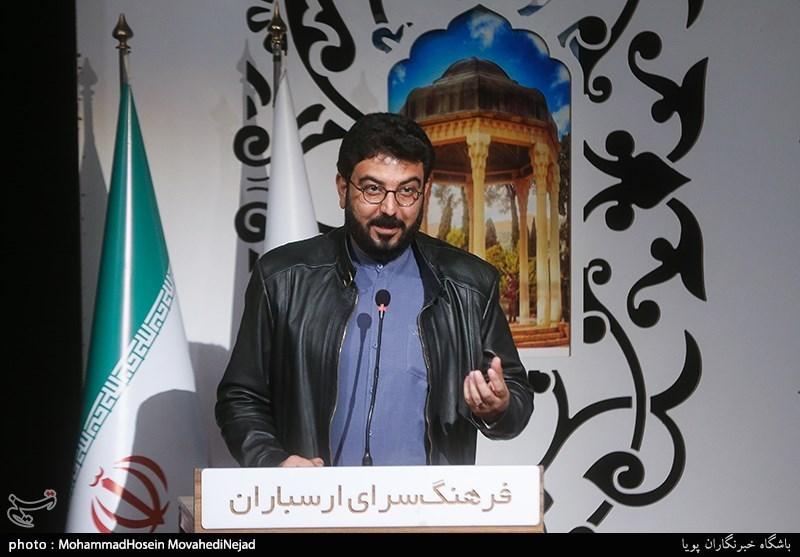 شعر خوانی حامد عسکری در شب شعر عاشقانه جشنواره موسم گل