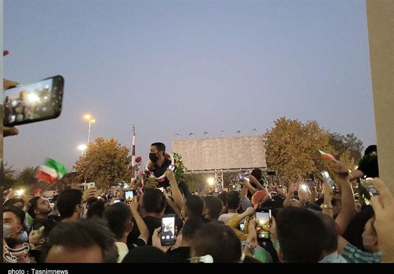 ورود پهلوانان کشتی فرنگی در میان شادی و شور شیرازیها/ مردم سنگ تمام گذاشتند + فیلم
