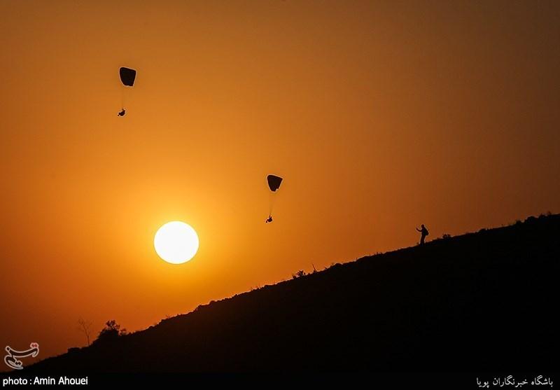 پرواز پاراگلایدر های یگان های ویژه ی ناجا در آسمان دریاچه شهدای خلیج فارس(چیتگر)