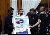 تقدیر از خانواده شهید علی لندی در اردوی تیم فوتبال سپاهان اصفهان + تصاویر